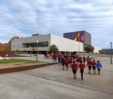 Colegio Lourdes entrando las Cortes de Castilla y León